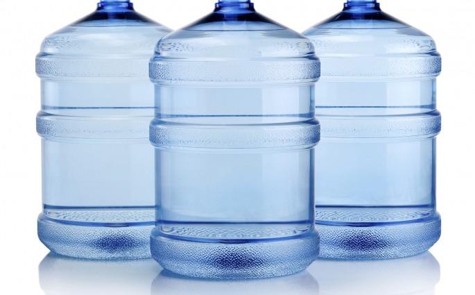 Os galões têm o importante papel de armazenar a água, sem deixar que influências externas de microrganismos a contaminem, por isso, a limpeza é indispensável.