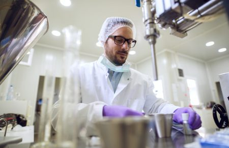 Para evitar contaminação, limpeza de laboratório exige cuidados e equipamentos corretos