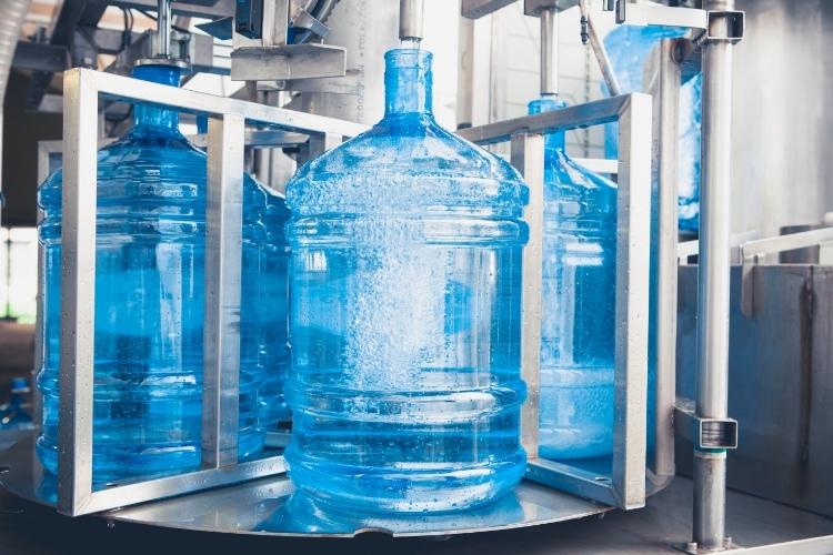 Especialista explica a importância da limpeza especializada de galões de água